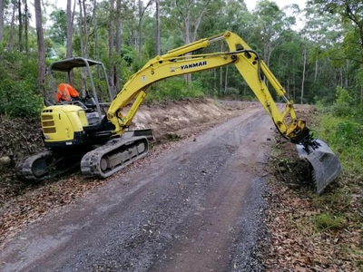 Hire 5.5 ton excavator, posi track and tipper combo